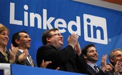 <p>Reid Garrett Hoffman (au centre), co-fondateur de LinkedIn, salue la sonnerie qui signale l'entrée en Bourse du réseau social pour les professionnels, jeudi à New York. LinkedIn a fait une entrée en fanfare à Wall Street et le titre se négociait plus de deux fois son prix initial. /Photo prise le 19 mai 2011/REUTERS/Mike Segar</p>