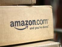 <p>Foto de archivo de una caja dl sitio Amazon.com en la entrada de una casa en Golden, EEUU, jul 23 2008. Amazon.com dijo el jueves que en la actualidad vende más libros electrónicos que en papel, y que su nuevo Kindle, que es más barato, ha superado las ventas de otras versiones del dispositivo. REUTERS/Rick Wilking</p>