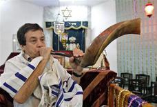 <p>Ezekiel Isaac Malekar, honorary secretary of the Judah Hyam Synagogue synagogue, poses with a shofar horn inside the synagogue in New Delhi May 20, 2011. REUTERS/B Mathur</p>