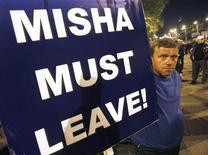 """<p>Оппозиционер, требующий отставки президента Грузии Михаила Саакашвили, в Тбилиси, 21 мая 2011 года. Грузинская оппозиция призвала граждан прийти на """"День гнева"""" в среду в попытке добиться отставки президента Михаила Саакашвили, после того как в выходные полиция разогнала демонстрантов в столице резиновыми пулями и слезоточивым газом. REUTERS/David Mdzinarishvili</p>"""