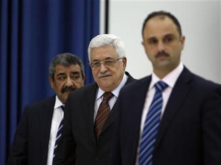 Palestinian President Mahmoud Abbas (C) arrives to a meeting of the Palestine Liberation Organisation (PLO) in the West Bank city of Ramallah May 25, 2011. REUTERS/Mohamad Torokman