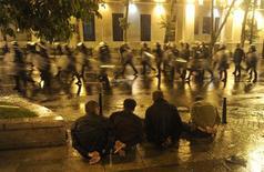<p>Демонстранты, задержанные во время акции протеста в Тбилиси, 26 мая 2011 года. Грузинская полиция разогнала митинг оппозиции в центре столицы и, по сообщению МВД, в ходе спецоперации погиб один полицейский. REUTERS/Stringer</p>