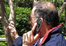 <p>Мужчина разговаривает по телефону в Лос-Анджелесе 31 мая 2011 года. Использование мобильных телефонов может способствовать развитию некоторых видов опухолей мозга, сообщила Всемирная организация здравоохранения во вторник. REUTERS/Fred Prouser</p>