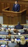 <p>Президент Украины Виктор Янукович выступает с речью в парламенте в Киеве 7 апреля 2011 года. Президент Украины Виктор Янукович в среду на заседании правительства подверг критике центральные и местные власти за просчеты в решении проблем жилищно-коммунального хозяйства, после чего уволил отвечавших за эту сферу вице-премьера Виктора Тихонова и его первого заместителя Юрия Хиврича. REUTERS/Konstantin Chernichkin</p>