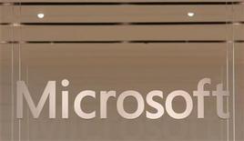 <p>Foto de archivo del logo de la firma Microsoft en su primer tienda inaugurada en la localidad estadounidense de Scottsadle, EEUU, oct 22 2009. Microsoft ha comunicado a los fabricantes de chips que quieran usar la próxima versión de Windows para tabletas que trabajar sólo con un fabricante acelera los envíos de pedidos, dijo Bloomberg, citando a personas con conocimiento de la situación. REUTERS/Joshua Lott</p>