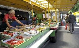 <p>Продуктовый рынок в Гамбурге 25 мая 2011 года. РФ ввела временный запрет на ввоз свежих овощей из всех стран Евросоюза из-за вспышки инфекции в регионе, что создает дополнительные инфляционные риски, в то время как в апреле Россия увеличила импорт этих продуктов вдвое, сообщили информационные агентства. REUTERS/Morris Mac Matzen</p>
