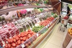 """<p>Женщина выбирает овощи в супермаркете в Москве 3 июня 2011 года. Премьер-министр России Владимир Путин защитил запрет на ввоз овощей из Евросоюза, объяснив, что готов пожертвовать """"духом ВТО"""", лишь бы оградить потребителей от """"дурнопахнущих"""" огурцов с Запада. REUTERS/Alexander Natruskin</p>"""