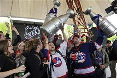 <p>Hockey fans celebrate the return of NHL hockey during a rally in Winnipeg, Manitoba, May 31, 2011.REUTERS/Fred Greenslade</p>