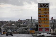 <p>АЗС в Ачинске 28 апреля 2011 года. Наглядная агитация против ручного управления экономикой: Россия, крупнейшая нефтедобывающая держава, преодолевает топливный дефицит, наращивая импорт бензина и занимаясь поиском виновных, которые, однако, на эту роль не соглашаются. REUTERS/Ilya Naymushin</p>