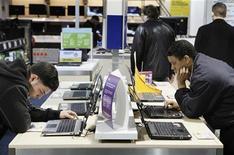 <p>Le cabinet d'études Gartner a revu en baisse sa prévision de croissance 2011 pour le marché mondial des ordinateurs, estimant que les consommateurs des pays développés préféraient les tablettes aux netbooks. Gartner prévoit désormais une croissance de 9,3%, contre 10,5% précédemment. /Photo d'archives/REUTERS/Lucas Jackson</p>