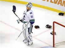 <p>Vancouver Canucks goalie Cory Schneider (35) pauses as players drop their gloves to fight in the final minutes of the third period in Game 4 of the NHL Stanley Cup hockey playoff against the Boston Bruins in Boston, Massachusetts, June 8, 2011. REUTERS/Brian Snyder</p>