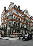 <p>Houses are seen on a street in London's Mayfair, September 4, 2008. REUTERS/Luke MacGregor</p>