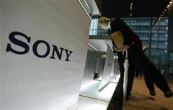 <p>Visitors lean over to take a look at Sony Corp's products displayed at the company headquarters in Tokyo December 3, 2009. REUTERS/Yuriko Nakao</p>