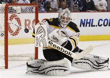 <p>Boston Bruins goalie Tim Thomas makes a save against the Vancouver Canucks during the second period in Game 5 of the NHL Stanley Cup hockey playoff in Vancouver, British Columbia June 10, 2011. REUTERS/Ben Nelms</p>