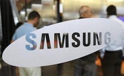 <p>Foto de archivo de un grupo de clientes extranjeros alrededor de un salón de exhibición de la firma Samsung en Seúl, jul 7 2010. Samsung Electronics se convertirá en el principal fabricante de teléfonos inteligentes del mundo este trimestre, superando a Nokia, que ha liderado el mercado desde 1996, dijo el lunes el grupo de inversiones Nomura. REUTERS/Truth Leem</p>