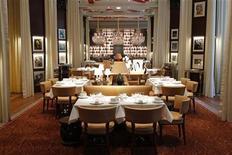 """<p>Ресторан в отеле Royal Monceau Raffles в Париже 13 октября 2010 года. Ряд французских ресторанов, в том числе удостоенные звезд от влиятельного ресторанного гида Michelin, на неделю в сентябре снизят цены на изысканную """"высокую кухню"""" (""""haute cuisine"""") в надежде привлечь более демократическую клиентуру. REUTERS/Benoit Tessier</p>"""