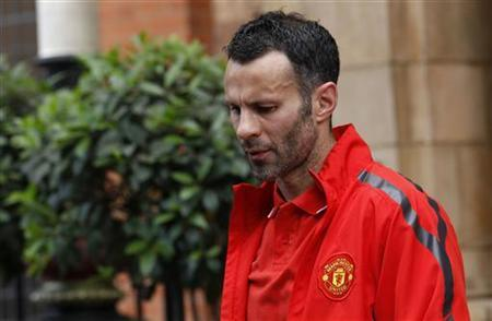 Manchester United's Ryan Giggs leaves his hotel in London May 29, 2011. REUTERS/Suzanne Plunkett