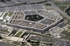 <p>Foto de archivo del edificio del Pentágono en Washington, jun 15 2005. El órgano de investigación avanzada del Pentágono, el mismo grupo al que se le atribuye el desarrollo del precursor de internet en la década de 1960, está trabajando en varios frentes para reforzar las defensas de Estados Unidos contra los ataques generados por computadoras. REUTERS/Jason Reed</p>