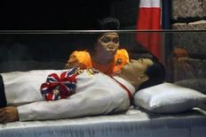 <p>Former Philippine first lady Imelda Marcos kisses the glass coffin of her husband, late dictator Ferdinand Marcos, who remains unburied since his death in 1989, in the town of Batac, Ilocos Norte province, north of Manila March 26, 2010. REUTERS/Romeo Ranoco</p>