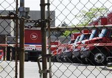 <p>Mail trucks are seen as they are parked behind a chained up fence after the Canadian Union of Postal Workers (CUPW) were locked out at a Canada Post sorting facility in Toronto, June 15, 2011. REUTERS/Mark Blinch</p>