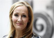 <p>La autora de la saga Harry Potter, J.K. Rowling, durante el lanzamiento del sitio web Pottermore en Londres, jun 23 2011. Las siete novelas de Harry Potter estarán disponibles en formato electrónico en octubre, dijo el jueves la autora de la saga, J.K. Rowling, en el lanzamiento del nuevo sitio web Pottermore (www.pottermore.com), que permitirá a los lectores navegar por las historias del niño mago. REUTERS/Suzanne Plunkett</p>