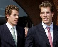 <p>Foto de archivo de los gemelos Cameron (izquierda en la imagen) y Tyler Winklevoss a la salida de una corte de Boston, EEUU, jul 25 2007. Los gemelos Cameron y Tyler Winklevoss, olímpicos en la categoría de remo, presentaron otra demanda contra Facebook, un día después de que decidieron no apelar un fallo del Tribunal Supremo de Estados Unidos que confirmó su acuerdo de 65 millones de dólares con la red social y su fundador, Mark Zuckerberg. REUTERS/Brian Snyder</p>