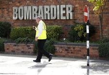 <p>Un empleado a la entrada de la planta de la firma de trenes Bombardier en Derby, Inglaterra, jul 5 2011. El fabricante canadiense de trenes Bombardier está recortando más de 1.400 puestos de trabajo de su planta en Inglaterra tras perder una licitación para la modernización de un tren en Londres, un contrato que se llevó el grupo alemán Siemens. REUTERS/Darren Staples</p>