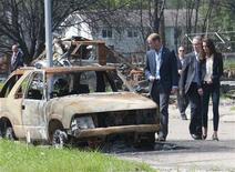 <p>Britain's Prince William (C) and his wife Catherine, Duchess of Cambridge, visit a fire-devastated town in Slave Lake, Alberta July 6, 2011. REUTERS/Mark Large/Pool</p>