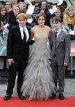 """<p>Los actores Emma Watson, Rupert Grint (izquierda en la imagen) y Daniel Radcliffe durante el estreno de """"Harry Potter y las Reliquias de la Muerte: Parte 2"""" en Londres, jul 7 2011. Miles de fans desafiaron el jueves la lluvia y las restricciones de seguridad en Trafalgar Square, en el centro de Londres, para decir adiós al mago Harry Potter en el preestreno de la última película de la exitosa saga. REUTERS/Dylan Martinez</p>"""