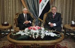 <p>U.S. Defense Secretary Robert Gates (L) meets with Iraqi President Jalal Talabani at the presidential palace in Baghdad April 7, 2011. REUTERS/Chip Somodevilla/Pool</p>