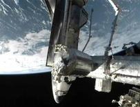 <p>El transbordador Atlantis junto a la Estación Espacial Internacional en el espacio. jul 10 2011. El Atlantis arribó el domingo a la Estación Espacial Internacional para entregar su última carga de suministros al puesto en órbita, en la misión final del programa de transbordadores de Estados Unidos. REUTERS/Cortesía NASA TV</p>