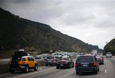 <p>Traffic is seen on the 405 Freeway in Los Angeles, California July 14, 2011. REUTERS/Eric Thayer</p>