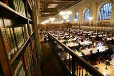 <p>The main reading room of The New York Public Library is pictured December 14, 2004. REUTERS/Mike Segar</p>