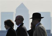 <p>City workers cross London Bridge during the morning rush hour, in London April 11, 2011. REUTERS/Toby Melville</p>
