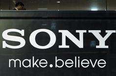 <p>Foto de archivo del logo de Sony impreso en la casa matriz de la firma en Tokio, nov 25 2010. El fabricante de electrónicos Sony mantuvo sus expectativas de ganancias para todo el año tras recortar su previsión de ventas de televisores, pues confía en que a otras filiales les irá mejor de lo esperado anteriormente. REUTERS/Toru Hanai</p>