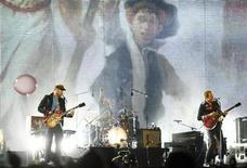 <p>Foto de archivo de la banda de rock británica Coldplay durante un concierto en Hanover, Alemania, ago 25 2009. Coldplay anunció el viernes que lanzará su quinto disco de estudio el 25 de octubre en Estados Unidos y un día antes en el resto del mundo. REUTERS/Christian Charisius Imagen para uso no comercial, ni ventas, ni archivos. Solo para uso editorial. No para su venta en marketing o campañas publicitarias. Esta imagen fue entregada por un tercero y es distribuida, exactamente como fue recibida por Reuters, como un servicio para clientes.</p>