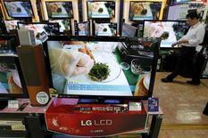 <p>LG Electronics a réduit de 20% sa prévision annuelle de ventes de téléviseurs, redoutant comme son rival nippon Sony une conjoncture mondiale morose, selon le site d'information eDaily. /Photo prise le 27 avril 2011/REUTERS/Jo Yong-Hak</p>
