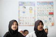 <p>Young Myanmar refugees from the Rohingya ethnic minority attend their English class in Kuala Lumpur in this August 16, 2011 file picture. REUTERS/Bazuki Muhammad</p>