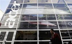<p>Foto de archivo de un hombre frente a una oficina de Ace en Barcelona durante el congreso mundial de móviles, feb 18 2010. La productora taiwanesa de computadoras Acer reportó el miércoles una pérdida trimestral mayor a la esperada, y la primera en la historia de la empresa, por los pesados costos de reestructuración que llevaron a la firma a asegurar que su balance anual tendrá números en rojo. REUTERS/Albert Gea</p>
