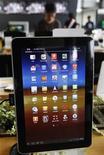<p>Samsung Electronics a annoncé un nouveau report du lancement de sa tablette Galaxy Tab 10.1 en Australie pour la fin septembre dans le cadre du différend judiciaire qui l'oppose à Apple. /Photo prise le 10 août 2011/REUTERS/Jo Yong-Hak</p>
