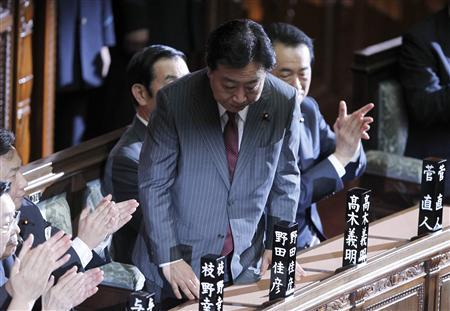Japan's newly-elected Prime Minister Yoshihiko Noda bows as he was chosen as new prime minister as outgoing prime minister Naoto Kan (behind Noda) looks on, at the lower house of parliament in Tokyo August 30, 2011. REUTERS/Toru Hanai