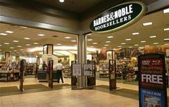 <p>Foto de archivo de una tienda de la librería Barnes and Noble en Nueva York, jun 29 2010. Barnes & Noble Inc reportó una baja de sus pérdidas trimestrales debido a que las ventas de su lector electrónico Nook ayudaron a mitigar el declive en la venta de libros de la mayor cadena de librerías de Estados Unidos. REUTERS/Lily Bowers</p>