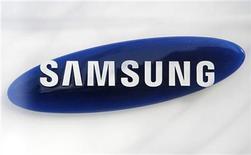 <p>Foto de archivo del logo de la firma Samsung en su casa matriz de Seúl, mar 19 2010. Samsung Electronics presentó tres modelos de teléfonos avanzados que tienen su propio sistema operativo, dentro de su objetivo de expandir su cuota de mercado en la división de gama baja y diversificar su oferta, muy centrada en el software Android de Google. REUTERS/Lee Jae-Won</p>