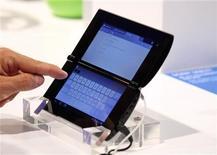 <p>Foto de archivo de un periodista con una tableta Sony P durante la feria de la industria IFA en Berlín, ago 31 2011. Sony presentó el miércoles sus muy esperadas tabletas, pero con precios que podrían dañar sus posibilidades de competir por la segunda posición en ese creciente mercado liderado por Apple y Samsung. REUTERS/Tobias Schwarz</p>