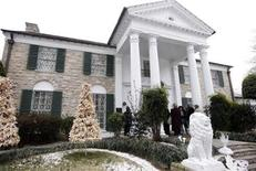 <p>Elvis fans wait to tour Graceland during Elvis Presley's 75th birthday celebration in Memphis, Tennessee January 8, 2010. REUTERS/Nikki Boertman</p>