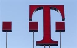 <p>Foto de archivo del logo de la firma Deutsche Telekom AG en Bonn, feb 25 2010. Deutsche Telekom AG podría perder una multimillonaria compensación si son trabas regulatorias las que provocan el colapso de su acuerdo por 39.000 millones de dólares para vender su negocio T-Mobile USA a AT&T, dijo una fuente cercana al asunto. REUTERS/Ina Fassbender</p>