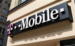 <p>Foto de archivo de una tienda de la cadena T-Mobile en el centro de Los Angeles, California, ago 31 2011. Sprint Nextel presentó una demanda para detener la compra de T-Mobile USA por parte de AT&T Inc por 39.000 millones de dólares, planteando sus propios reclamos anti monopólicos junto a los ya expresados por el Gobierno de Estados Unidos. REUTERS/Fred Prouser</p>