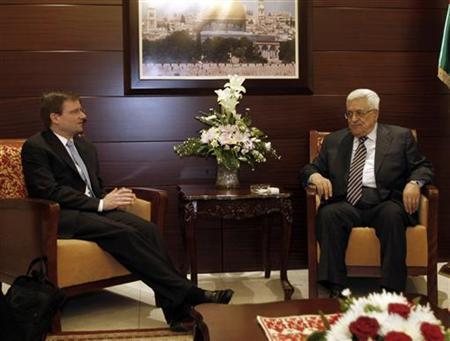 Palestinian President Mahmoud Abbas (R) meets with U.S. Mideast peace envoy David Hale in the West Bank city of Ramallah September 7, 2011. REUTERS/Mohamad Torokman