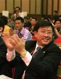 <p>Liang Wengen (front), chairman and main shareholder of Sany Group, claps during a meeting in Changsha, Hunan province, June 10, 2005. REUTERS/China Daily</p>