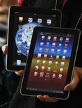 <p>La Galaxy Tab 10.1 de Samsung Electronics (de face) et l'iPad d'Apple (en arrière-plan). Apple a remporté vendredi une victoire symbolique dans sa bataille pour conserver la haute main sur le marché des tablettes avec la confirmation par la justice allemande de l'interdiction faite à Samsung de commercialiser la Galaxy Tab 10.1, sa dernière née, dans la première économie d'Europe. /Photo prise le 10 août 2011/REUTERS/Jo Yong-Hak</p>